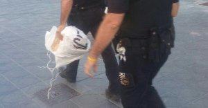 La Guàrdia Urbana, requisant unes pancartes.