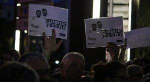 Alguns manifestants han dut els seus propis cartells a la concentració.