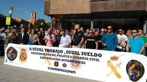 Desenes d'agents de la Guàrdia Civil han protestat aquest migdia davant la Subdelegació del govern espanyol.