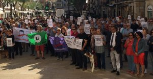Diverses persones han dut els seus propis cartells reclamant la llibertat de Jordi Cuixart i Jordi Sànchez.