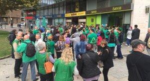 Els membres de la PAH, davant l'oficina de Bankia aquest dijous.