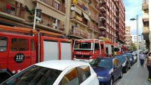 Fins a quatre dotacions de Bombers s'han mobilitzat aquesta tarda per apagar l'incendi en un habitatge del carrer de Jaume I.