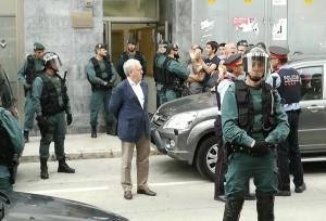 Josep Poblet davant del punt de votació, envoltat de la Guàrdia Civil.