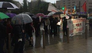 Paraigües i pancartes, aquest dijous al vespre a la plaça Imperial Tàrraco.