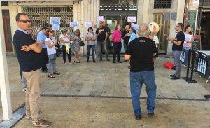 Treballadores de Clarel i companys seus del sindicat CCOO, davant la botiga a la plaça de la Font aquest migdia.