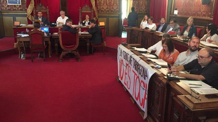 El grup municipal d'ERC ha penjat una pancarta amb el lema «La gent de Tarragona no es toca».
