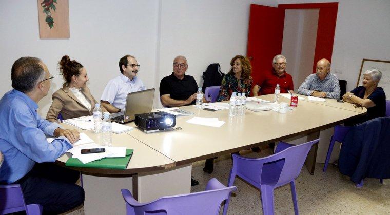 Els col·laboradors del projecte A-porta al barri de Campclar, amb representants de la CONFAVC, la Generalitat i les associacions veïnals.