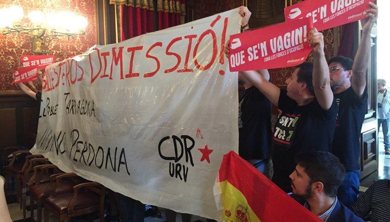 Membres del Comitè en Defensa del Referèndum han demanar la dimissió de l'alcalde Josep Fèlix Ballesteros. Al costat, un membre de Ciutadans amb una bandera espanyola.