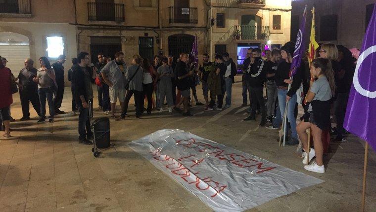 Prop d'una vintena de persones s'han concentrat aquest vespre a la plaça de la Font de Tarragona.