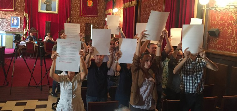 Treballadors de l'Ajuntament de Tarragona han protestat aquest dilluns en el punt d'aprovació de la nova relació de llocs de treball.