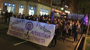 La capçalera de la manifestació feminista, al seu pas per la Rambla Nova de Tarragona, aquest dissabte al vespre.