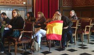 Una persona del públic ha dut una bandera espanyola al ple, l'únic símbol que s'ha vist aquest divendres.