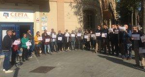 Unes trenta peresones, entre treballadors i afiliats de la UGT i CCOO, s'han concentrat aquest dimecres davant la seva seu a Tarragona per reclamar la llibertat dels presos.