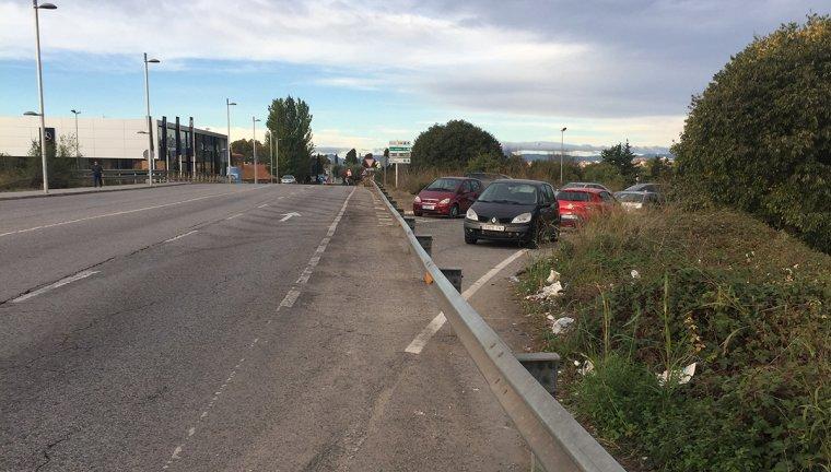 Al final de l'avinguda Roma hi ha una antiga carretera sense ús que alguns conductors fan servir d'aparcament.