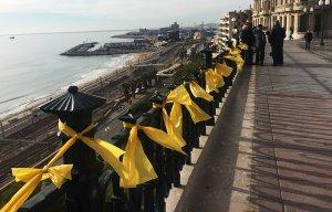 El balcó del Mediterrani, ple de llaços grocs.