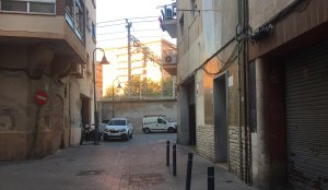 El carrer de Sant Andreu del Serrallo és lloc de trobada, especialment al bloc de pisos del número 2.