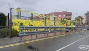 El pont entre la Pobla i el Morell, amb els llaços grocs, aquest matí quan els operaris començaven a retirar-los.