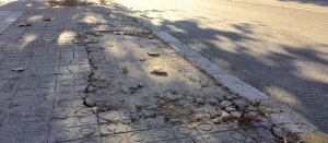 Les voreres del carrer Rovira i Virgili, trencades.