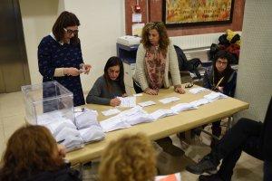 Membres d'una mesa de Tarragona comptant els vots durant l'escrutini.