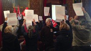 Treballadors de l'Ajuntament de Tarragona, protestant aquest dijous al matí al plenari.