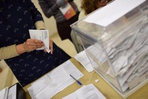 Una dona comença el recompte en un col·legi electoral, aquest dijous 21 de desembre.