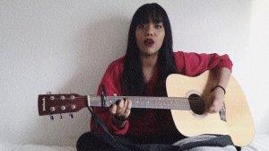 Luna Molina, interpretant la cançó.