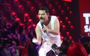 Tolo  Sanders interpreta Freddie Mercury.