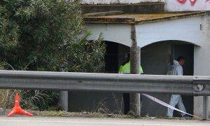 Diversos agents dels Mossos a la porta d'entrada de la casa on una dona ha aparegut morta a Tarragona.