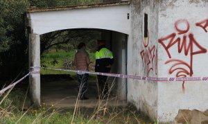 Un agent dels Mossos a la porta d'entrada de la casa on una dona ha aparegut morta a Tarragona.