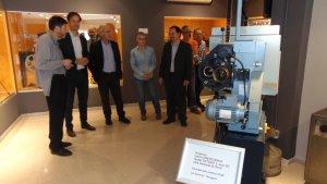 En primer pla el projector de 35 mm que ha donat Ocine al Museu del Cinema de Vialllonga.