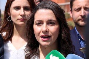 La líder de Cs a Catalunya, Inés Arrimadas, atenent els mitjans a l'Anella Mediterrània de Tarragona.