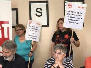 Treballadores de l'empresa Claro Sol amb unes pancartes reivindicatives.