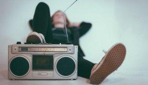 Hay canciones eternas, no por la calidad, sino por su persistencia en la memoria.