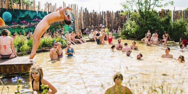 Los baños en los lagos y la poca ropa caracterizan al Secret Garden Party