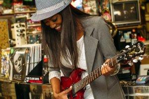 Aprender a tocar un instrumento por primera vez es una experiencia a veces complicada, aquí te ayudaremos.