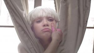 Imagen del videoclip de Chandelier de Sia, protagonizado por la joven bailarina Maddie Ziegler.