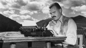 En la imagen podemos ver a Ernest Hemingway con su famosa máquina de escribir.
