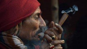Un hombre fuma marihuana en Koltala, en India.