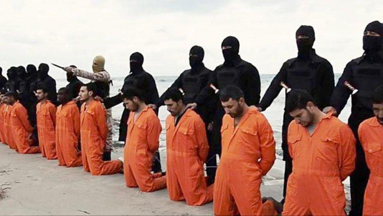 Militantes de Estado Islámico a punto de realizar una decapitación masiva.