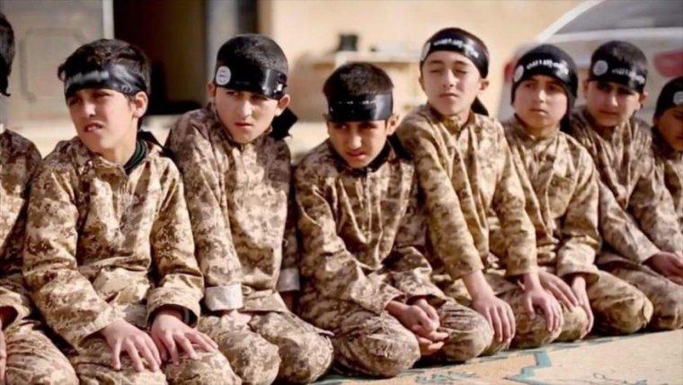 Niños combatientes, conocidos como los Cachorros del ISIS.