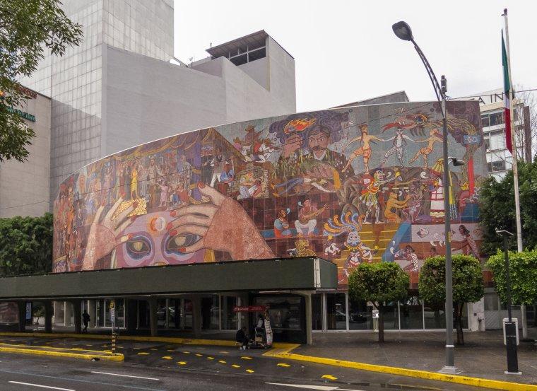 Este teatro destaca por su particular fachada.