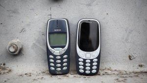 El famoso Nokia 3310. A la izquierda la versión del año 2000. A la derecha la del 2017.