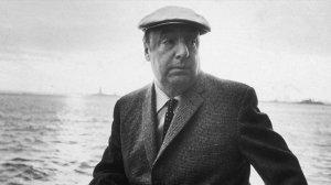 Pablo Neruda ante el mar al que tantos versos ha dedicado.