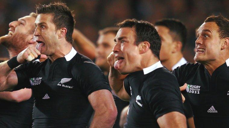 Los All Blacks interpretan el peculiar Haka maorí.