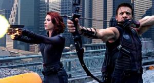 Johansson y Renner, encarnando a sus personajes en 'Vengadores' (2012)