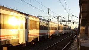 Un tren de Rodalies, a l'estació de Cunit.