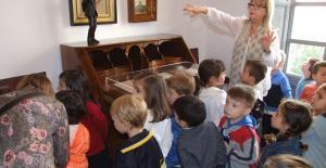 Alumnes d'una escola, al Museu Guimerà.