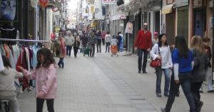 Un carrer comercial de Calafell Platja.