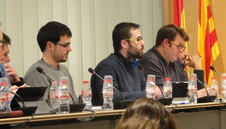 Els regidors de la CUP, al costat del regidor de Ciutadans, al ple de Calafell.