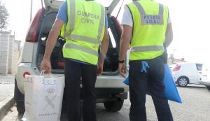 Agents de la Guàrdia Civil i la Policia de Calafell, amb el material decomissat.